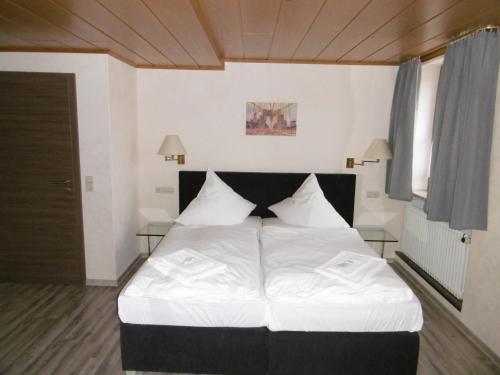 Ein Bett oder Betten in einem Zimmer der Unterkunft Gästepension zum Stern