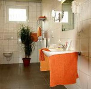 A bathroom at Econo Motel Goelzer
