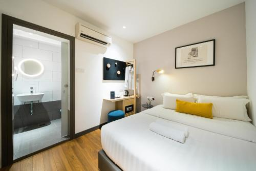 A bed or beds in a room at Gold3 Boutique Hotel