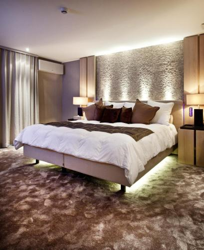 A bed or beds in a room at Hotel Thermen Dilbeek