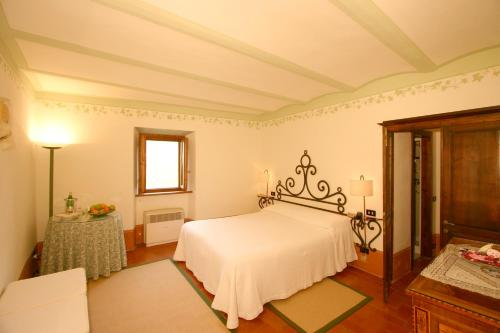 A bed or beds in a room at Relais San Pietro in Polvano