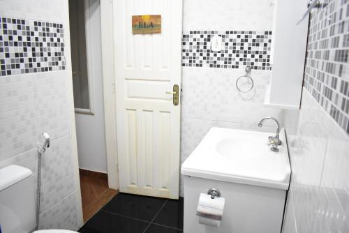 A bathroom at Hostel Caminho da Praia