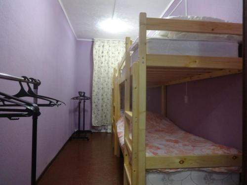 """Двухъярусная кровать или двухъярусные кровати в номере Гостевая комната """"Уют"""""""