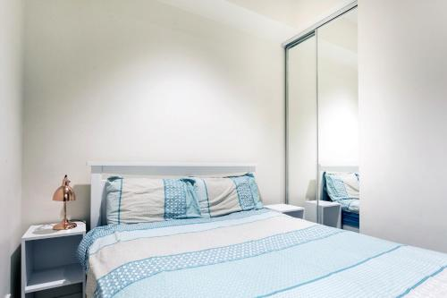 A bed or beds in a room at The Prestige 2BD Melbourne CBD
