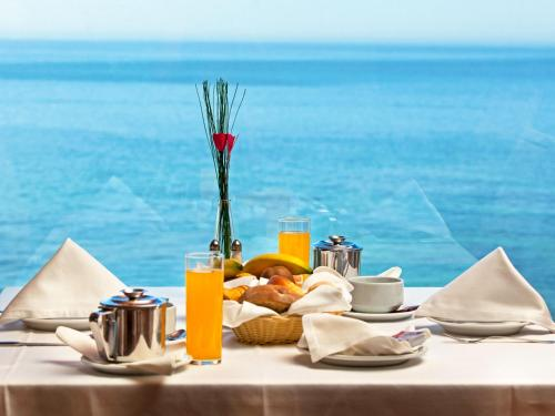 Breakfast options available to guests at Hotel Praia Mar