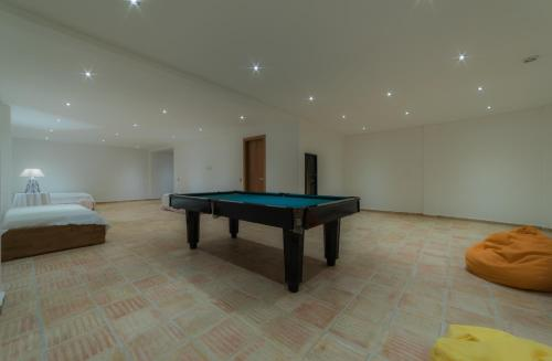 A pool table at Casas de Campo em Estoi by Garvetur