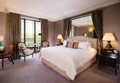 Een bed of bedden in een kamer bij The Dorchester - Dorchester Collection