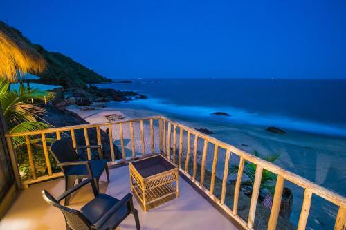 Ein Balkon oder eine Terrasse in der Unterkunft Dwarka Eco Beach Resort