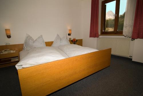 A bed or beds in a room at Gasthof Huber