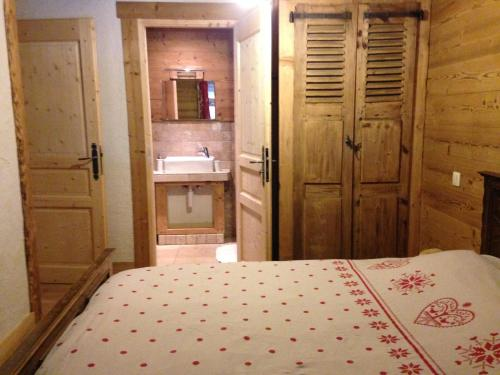 A bed or beds in a room at Apartment L'Armailli