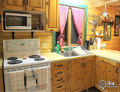 A kitchen or kitchenette at The Gingerbread Cabin