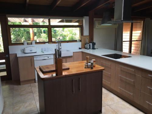 A kitchen or kitchenette at Hinterland Hideaway