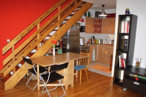 Кухня или мини-кухня в Sunny Two-story Apartment Kyje