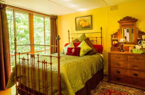 A bed or beds in a room at Arcadia Cottages