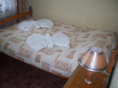 A bed or beds in a room at Guest House Kolev