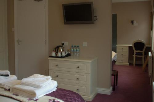 A television and/or entertainment center at Highclere Hotel