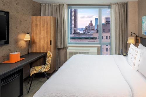 A bed or beds in a room at Fairfield Inn & Suites by Marriott New York Downtown Manhattan/World Trade Center Area