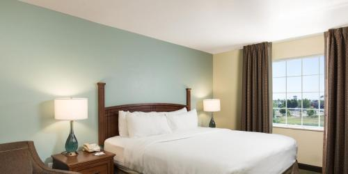 A bed or beds in a room at Staybridge Suites Sacramento-Folsom, an IHG hotel