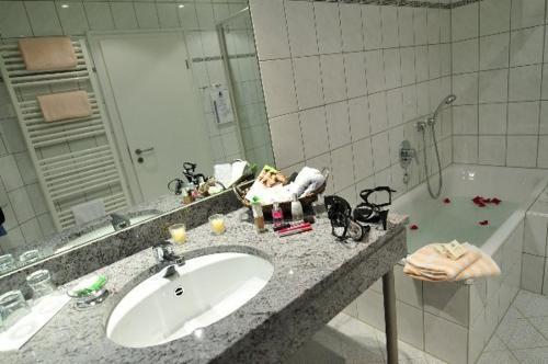Ein Badezimmer in der Unterkunft Flair Hotel Tannenhof