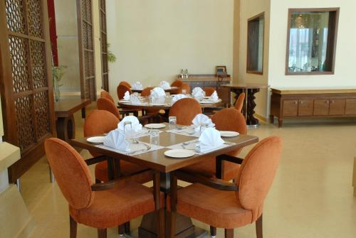 A restaurant or other place to eat at Cambay Grand Kukas