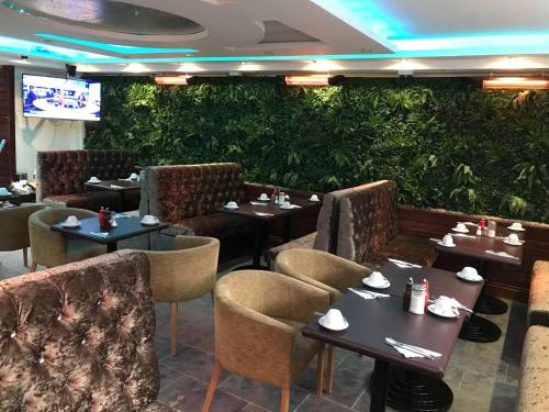A restaurant or other place to eat at London Shelton Hotel