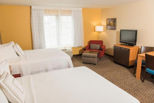 A bed or beds in a room at TownePlace Suites by Marriott Erie
