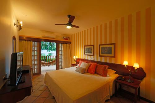 A bed or beds in a room at Manary Praia Hotel