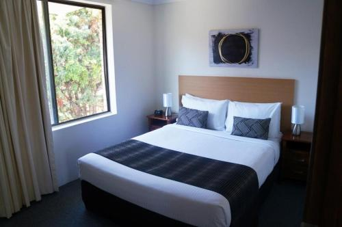 A bed or beds in a room at Jadon Place Holiday Apartments