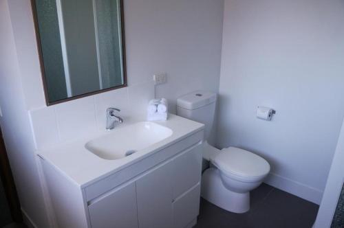 A bathroom at Jadon Place Holiday Apartments