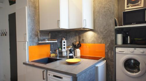A kitchen or kitchenette at Ideal ! 2 Pièces Antiquaires, Port Garibaldi
