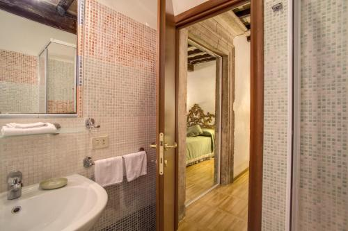 A bathroom at Navona Gallery Suites