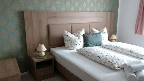 A bed or beds in a room at Hotel Pension Nordlicht