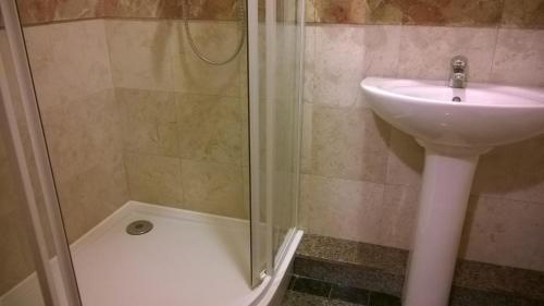 A bathroom at Hotel Gostiniy Dvor Knyaz Golitsyn