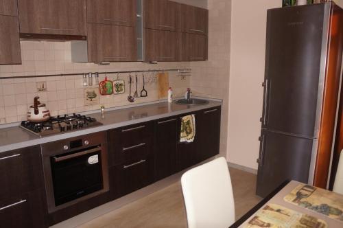 A kitchen or kitchenette at Apartment on Novoselov, 48 k 3