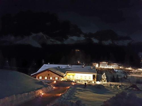 Vue panoramique sur l'établissement Jägerhaus Agriturismo