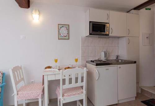 A kitchen or kitchenette at Apartment Stulli 1