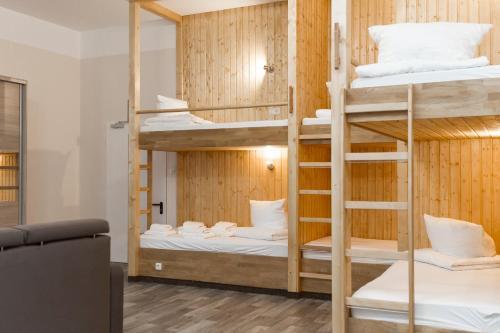 Ein Etagenbett oder Etagenbetten in einem Zimmer der Unterkunft LebensQuelle am Checkpoint Charlie