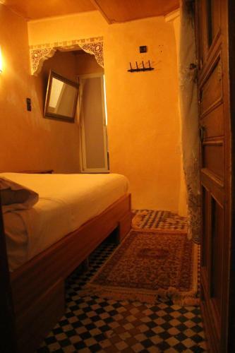 Een bed of bedden in een kamer bij Riad Meski