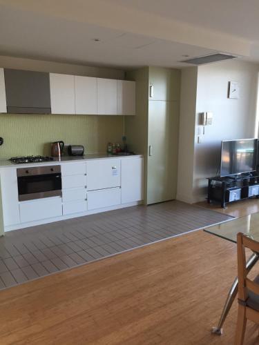 A kitchen or kitchenette at GlenelgApt