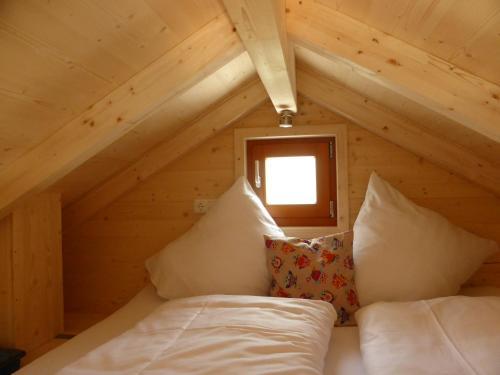 Ein Bett oder Betten in einem Zimmer der Unterkunft Baumhaushotel Oberbayern