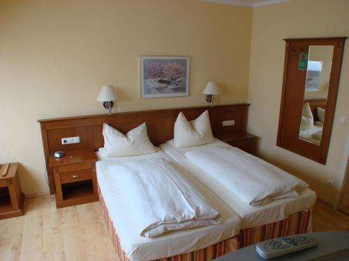 A bed or beds in a room at Altstadt Hotel