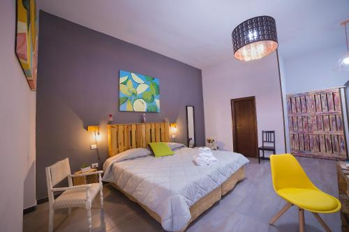 A bed or beds in a room at Le 4 Stagioni Dante's Suites H. Napoli Centro