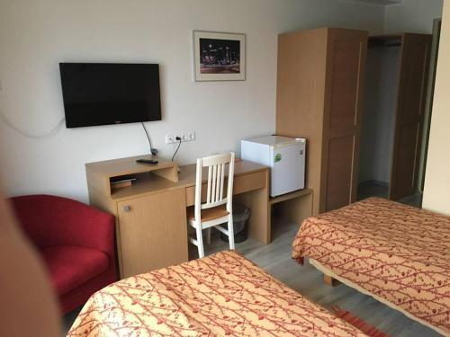 A television and/or entertainment centre at Carolina Hotel