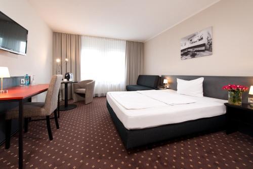 Ein Bett oder Betten in einem Zimmer der Unterkunft ACHAT Hotel Hockenheim