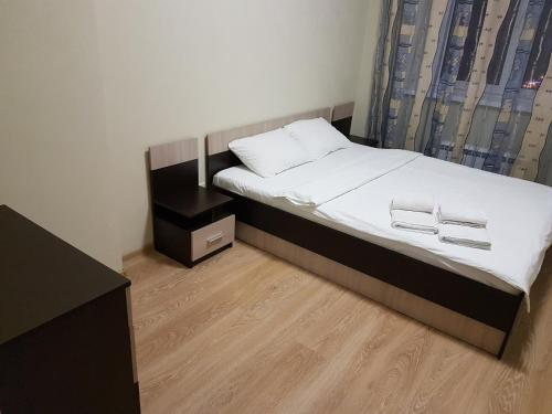 A bed or beds in a room at Щёлковские квартиры - Богородский 2