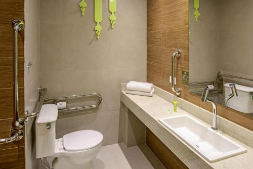A bathroom at Ibis Styles Curitiba Centro Cívico