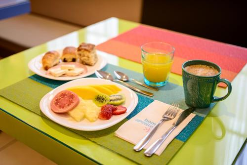 Breakfast options available to guests at Ibis Styles Curitiba Centro Cívico