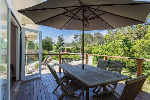 A balcony or terrace at Blairgowrie Bella - light filled home with great deck
