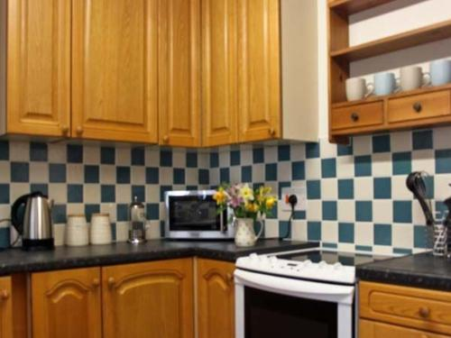 A kitchen or kitchenette at Pleasant Cottage