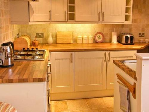 A kitchen or kitchenette at Quaker Cottage